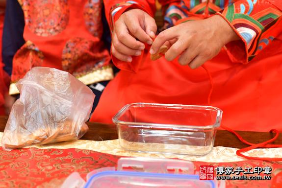 高雄市鳳山區邱寶寶古禮收涎祝福活動:為寶寶戴上收涎餅乾。照片1