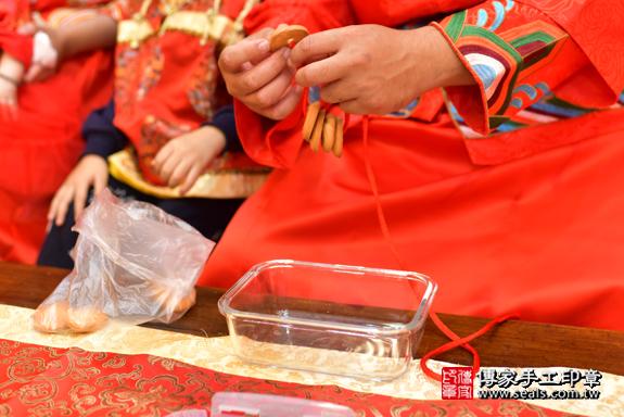 高雄市鳳山區邱寶寶古禮收涎祝福活動:為寶寶戴上收涎餅乾。照片2