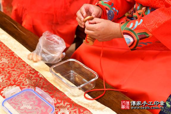 高雄市鳳山區邱寶寶古禮收涎祝福活動:為寶寶戴上收涎餅乾。照片3