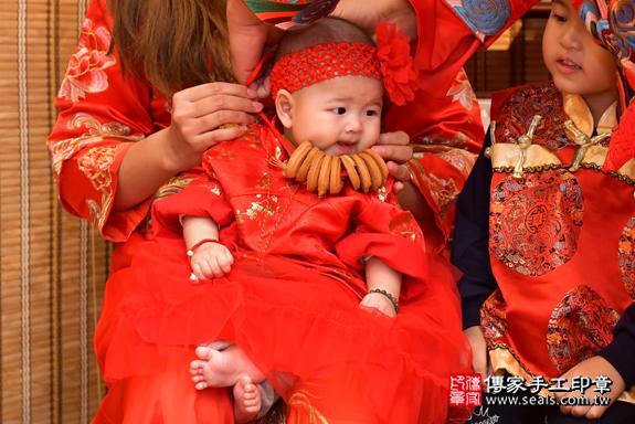 高雄市鳳山區邱寶寶古禮收涎祝福活動:為寶寶戴上收涎餅乾。照片4