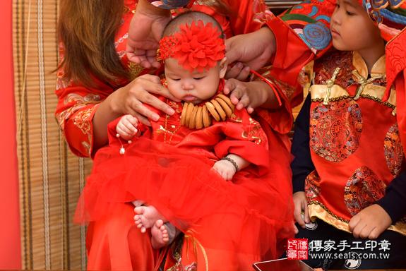 高雄市鳳山區邱寶寶古禮收涎祝福活動:為寶寶戴上收涎餅乾。照片5