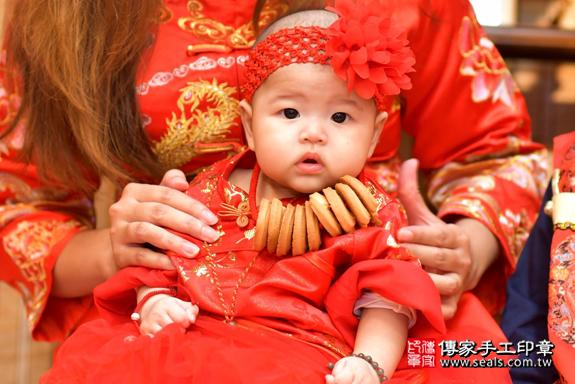 高雄市鳳山區邱寶寶古禮收涎祝福活動:為寶寶戴上收涎餅乾。照片6