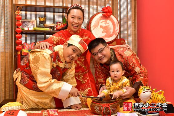 鳳山區楊寶寶古禮抓周:寶寶抓周淨手儀式。照片7