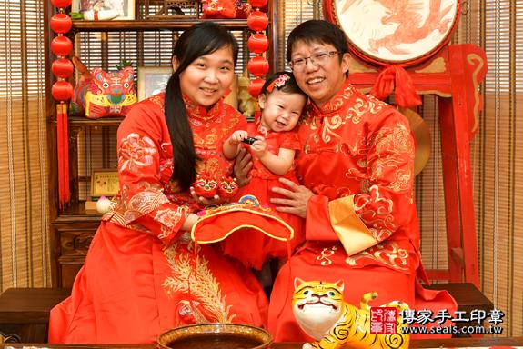 鳳山區陳寶寶古禮抓周:滿週歲趨吉避凶的吉祥衣服穿戴。照片3