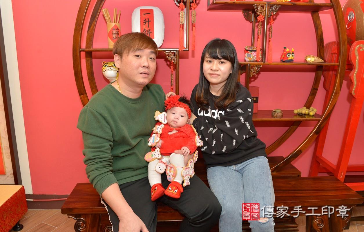 新北市永和區黃寶寶古禮收涎祝福活動:為寶寶戴上收涎餅乾。照片3