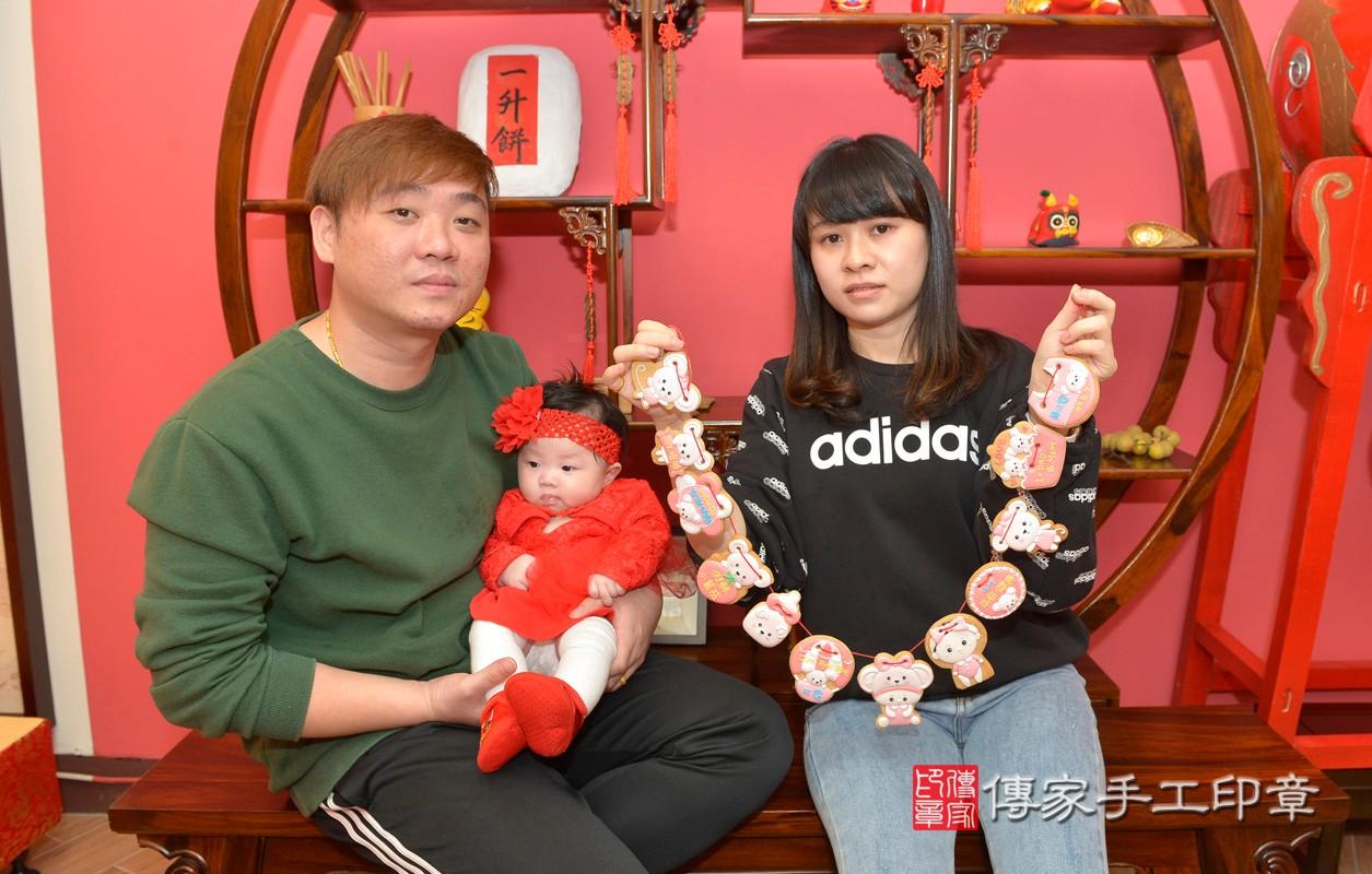 新北市永和區黃寶寶古禮收涎祝福活動:為寶寶戴上收涎餅乾。照片2