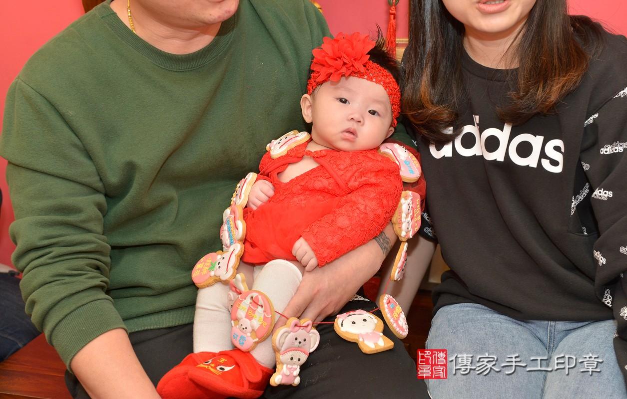 新北市永和區黃寶寶古禮收涎祝福活動:為寶寶戴上收涎餅乾。照片4