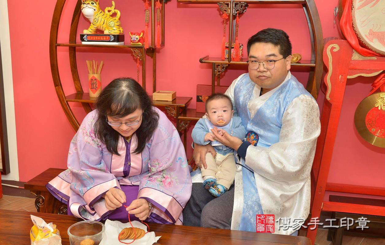新北市永和區黃寶寶古禮收涎祝福活動:為寶寶戴上收涎餅乾。照片1