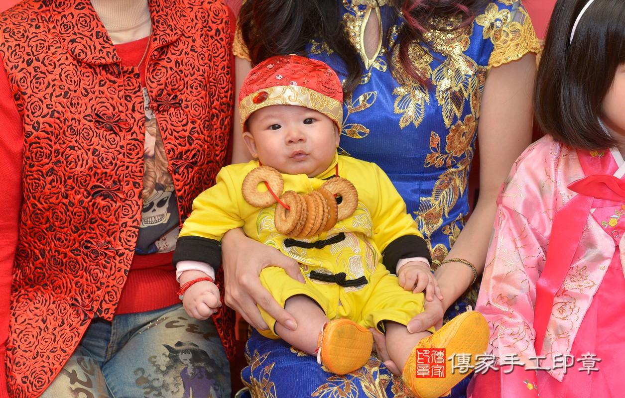 新北市永和區劉寶寶古禮收涎祝福活動:為寶寶戴上收涎餅乾。照片2