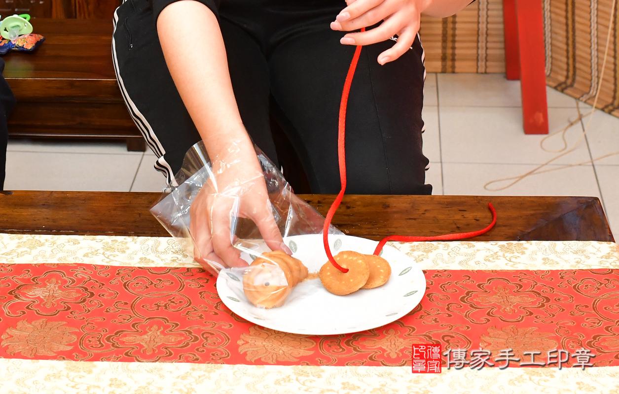 高雄市鳳山區鍾寶寶古禮收涎祝福活動:為寶寶戴上收涎餅乾。照片1