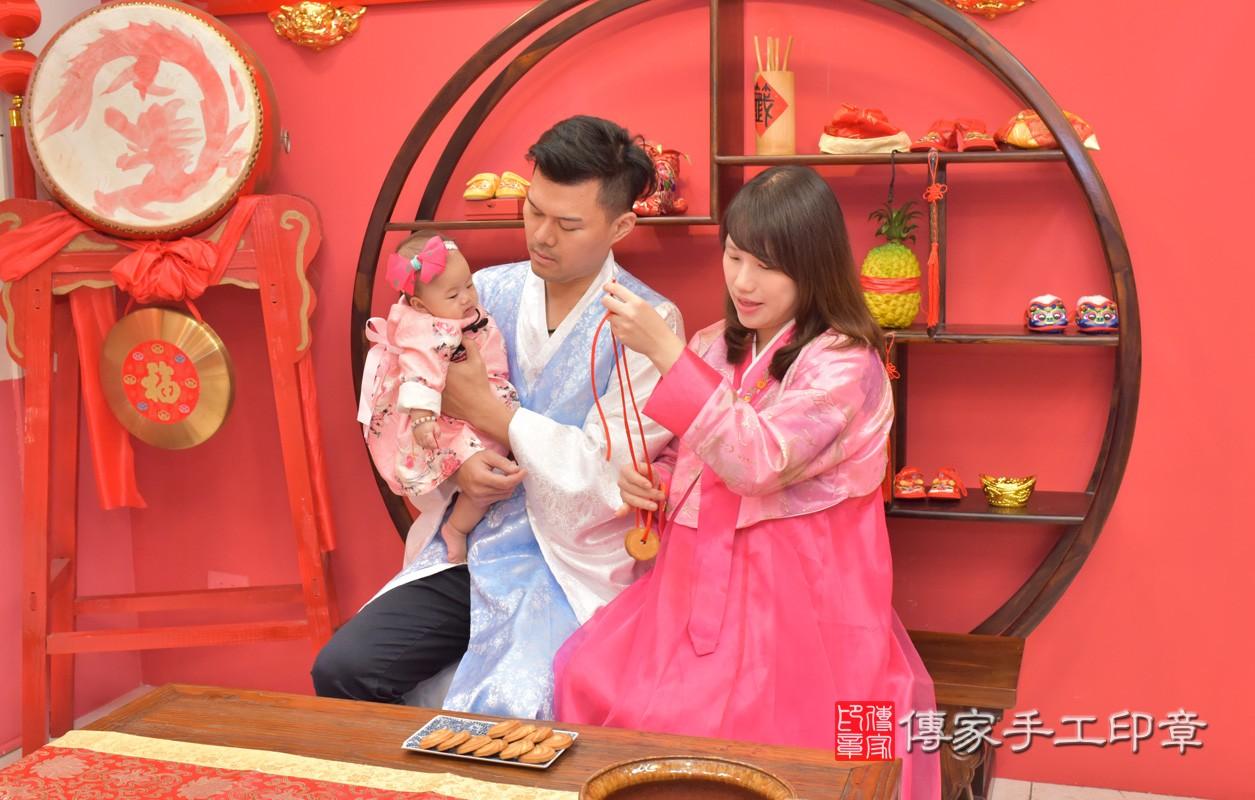台中市北區盧寶寶古禮收涎祝福活動:為寶寶戴上收涎餅乾。照片1