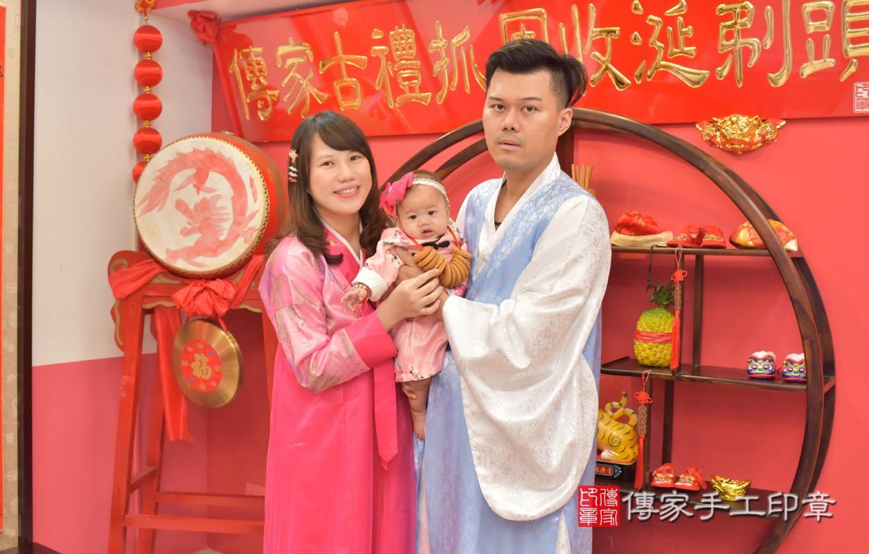 台中市北區盧寶寶古禮收涎祝福活動:為寶寶戴上收涎餅乾。照片3