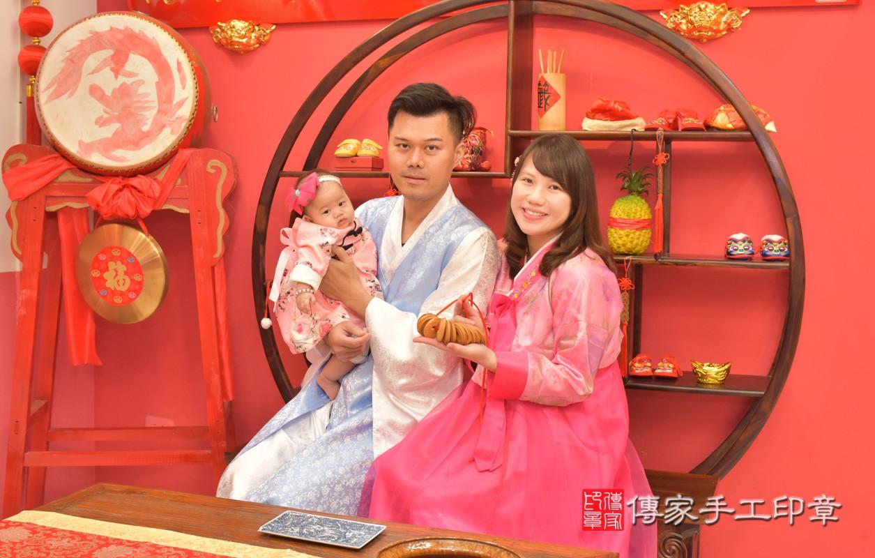 台中市北區盧寶寶古禮收涎祝福活動:為寶寶戴上收涎餅乾。照片2