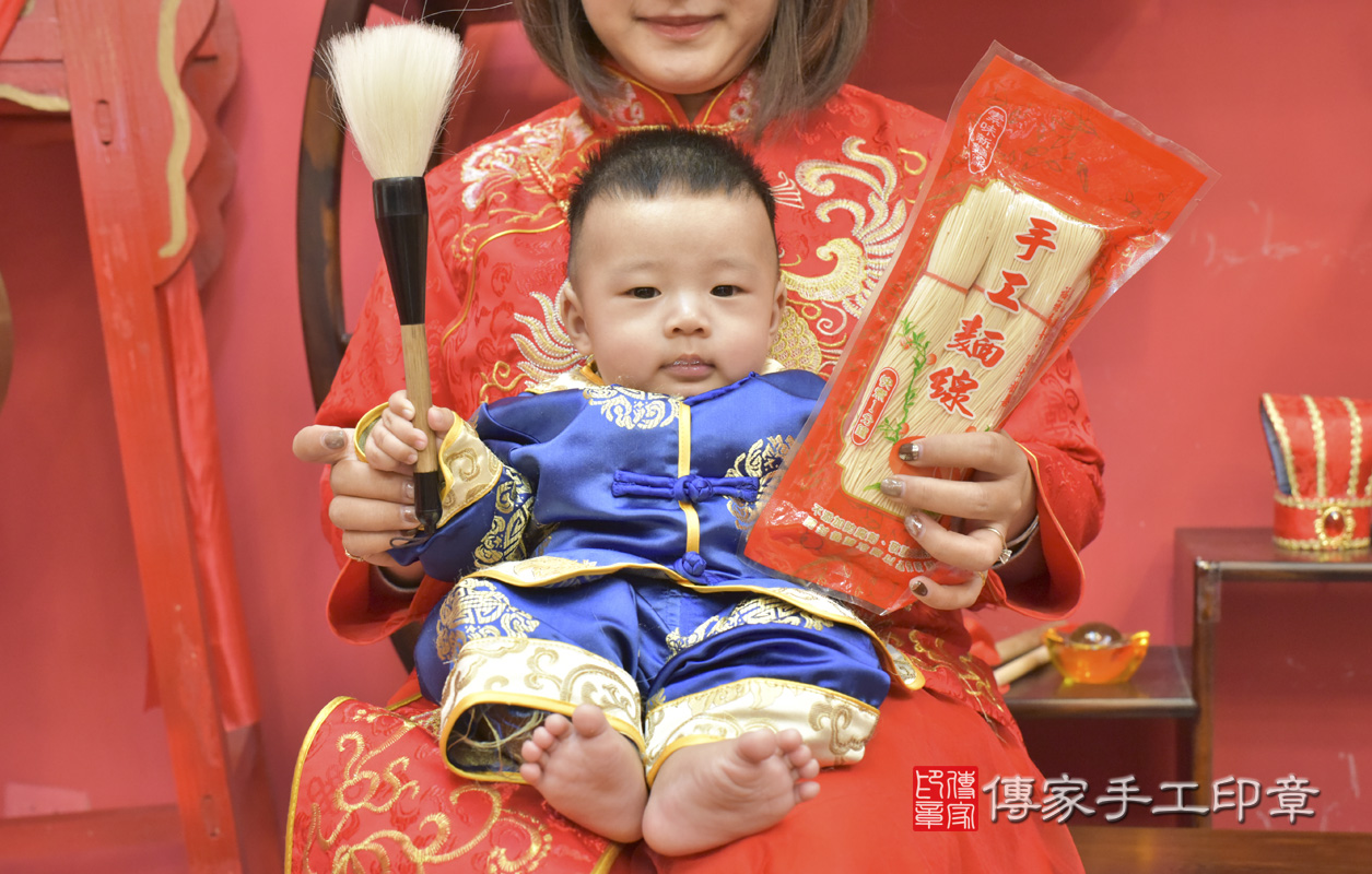 台中市北區楊寶寶古禮收涎祝福活動:收涎儀式【吃麵線】:讓寶寶長長久久、健康長壽。吃麵線的收涎儀式,是讓孩子有壽,有德,長長久久。照片1