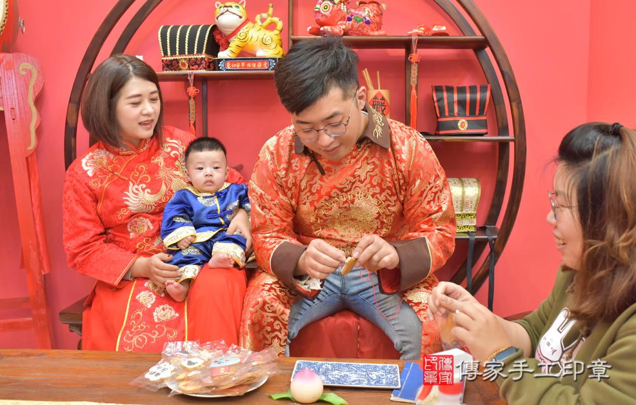 台中市北區楊寶寶古禮收涎祝福活動:為寶寶戴上收涎餅乾。照片1