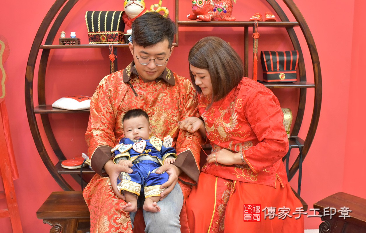 台中市北區楊寶寶古禮收涎祝福活動:為寶寶戴上收涎餅乾。照片3