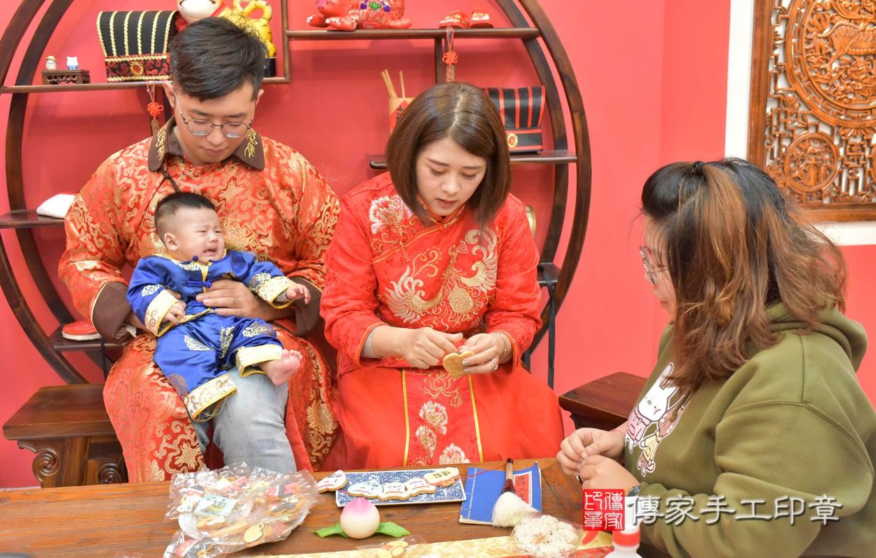 台中市北區楊寶寶古禮收涎祝福活動:為寶寶戴上收涎餅乾。照片2