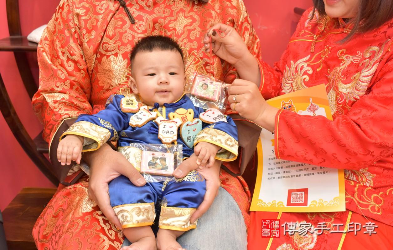 台中市北區楊寶寶古禮收涎祝福活動:收涎過程拍照。照片1