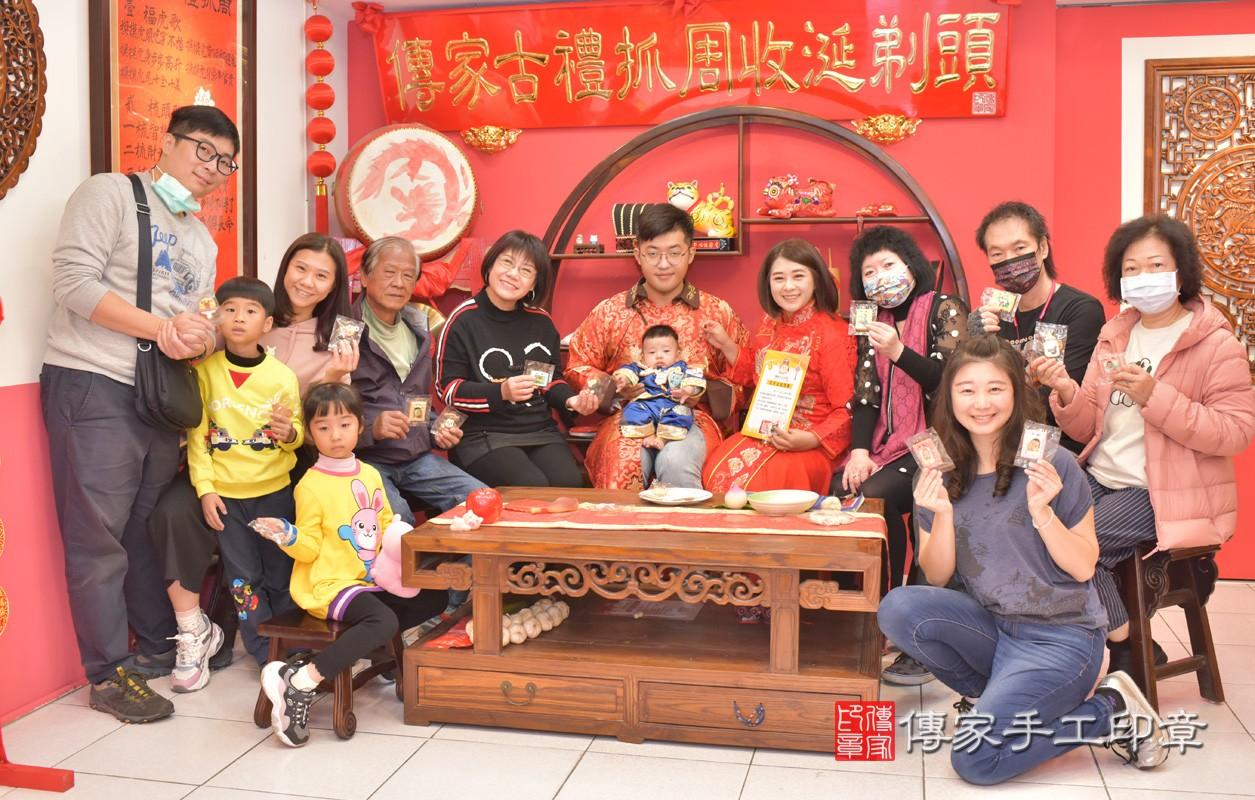 台中市北區楊寶寶古禮收涎祝福活動:收涎過程拍照。照片2