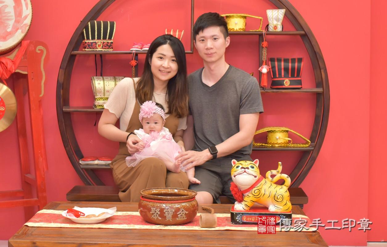 參加收涎儀式的人員有爸爸、媽媽來參加王寶寶收涎的儀式,給寶寶最大的祝福。