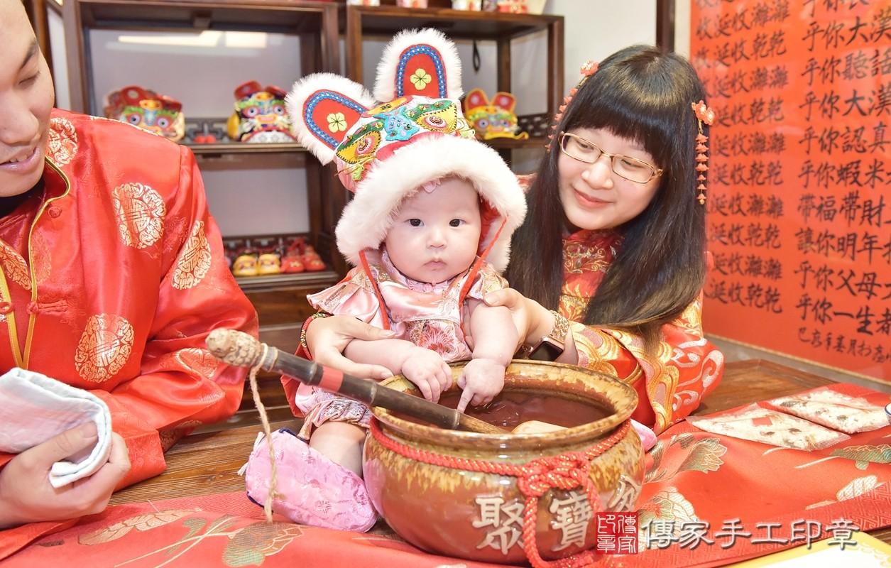 游寶寶淨手儀式:寶寶淨手象徵洗淨,把不好的去掉,洗滌身心靈。新竹店收涎。