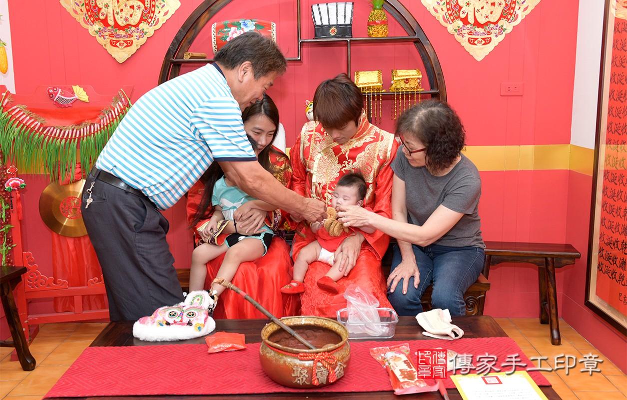 收涎過程拍照,每一位家人幫寶寶收涎,是對寶寶的祝福,期望他可以快樂長大