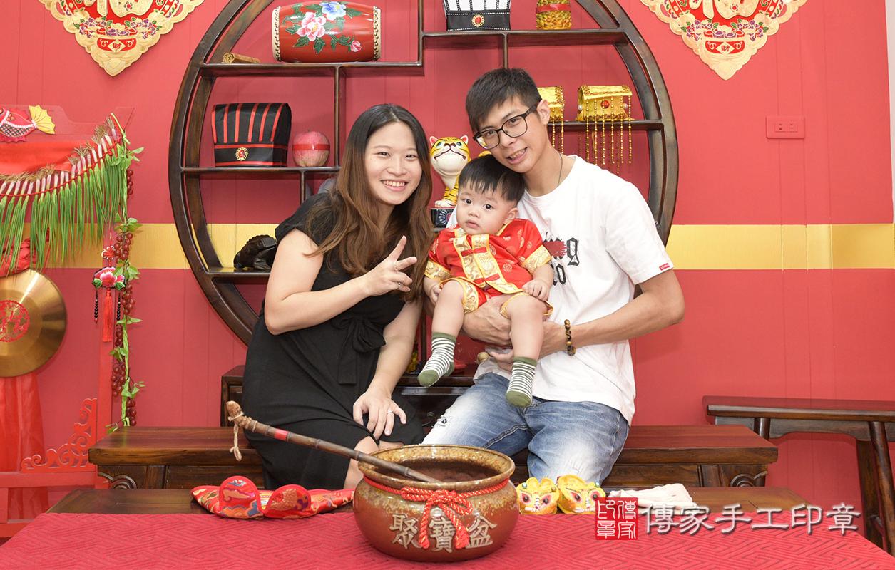 今天爸爸媽媽和寶寶一起來到傳家桃園古禮的抓周會場,要為廖寶寶舉行1歲抓周儀式,給寶寶最大的祝福唷~