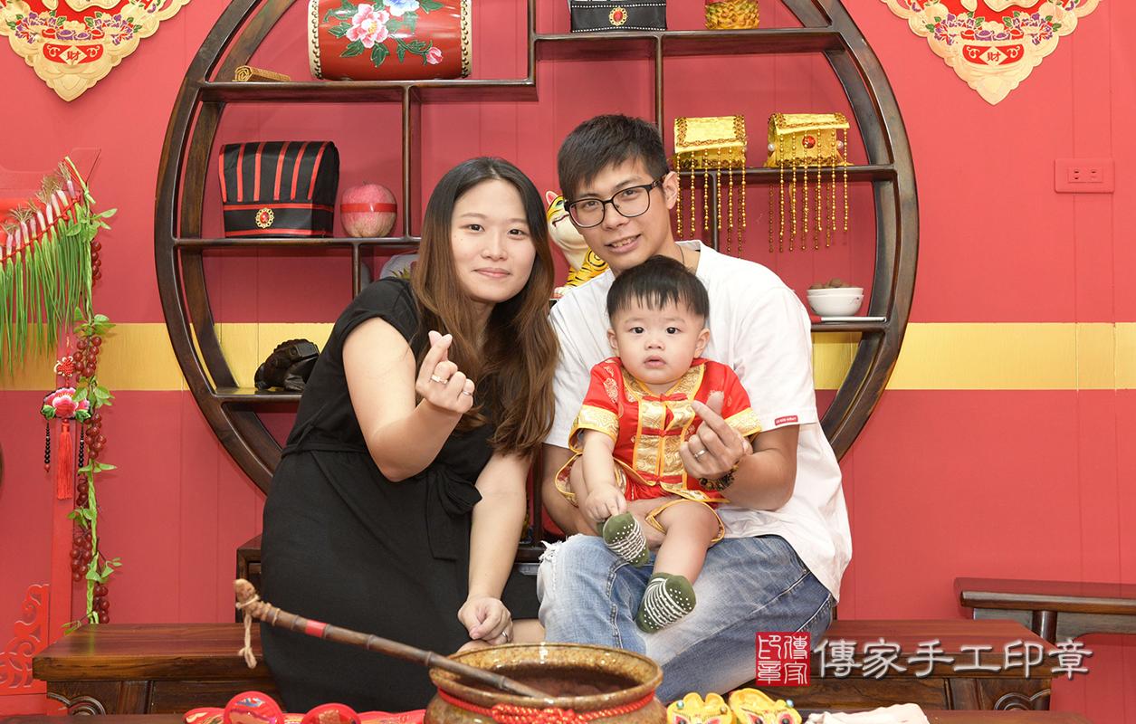 桃園市八德區廖寶寶和爸媽拍幸福合照,比個愛心,相親相愛