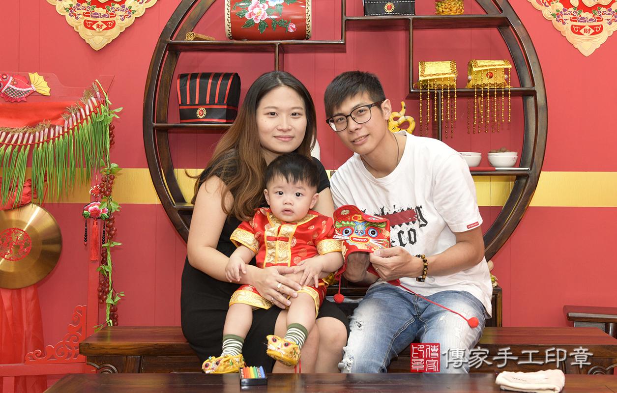 爸爸媽媽和虎爺一起拍個合照,保佑孩子平安健康長大喔^^