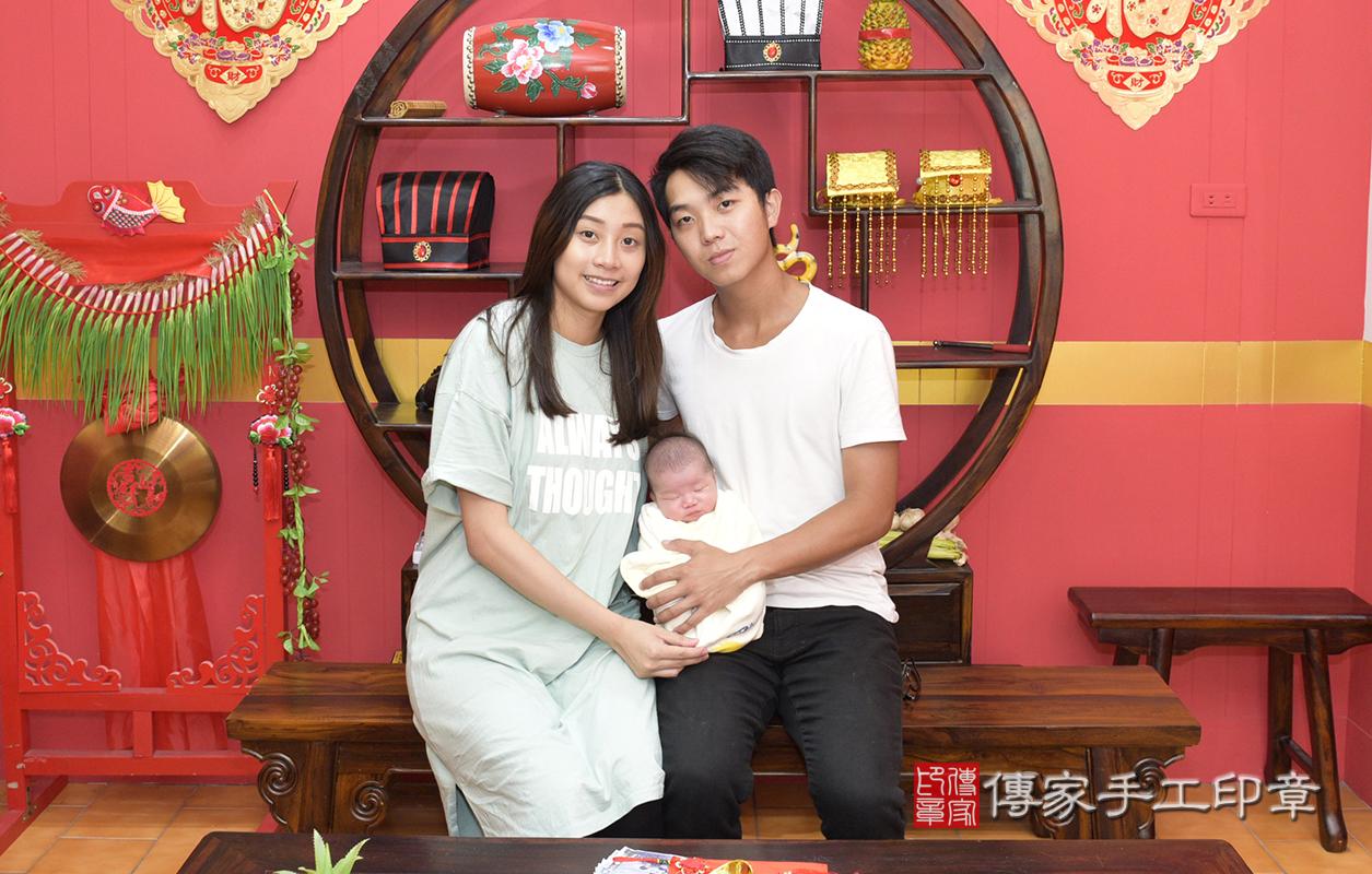 爸爸媽媽帶著楊寶寶到我們傳家手工印章來剃頭~  在儀式開始前,先來拍個大合照~!