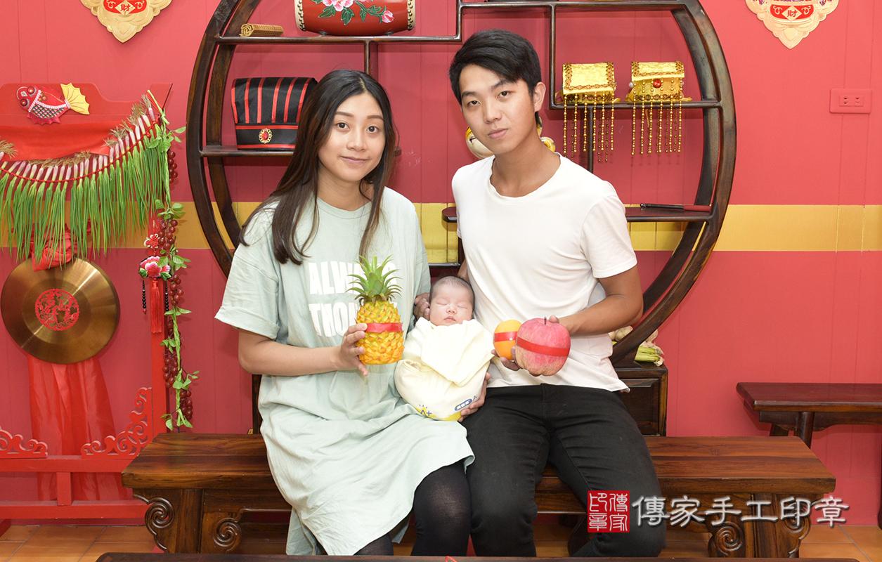 為寶寶準備的鳳梨、蘋果  鳳梨「代表的含意:鳳梨就是旺旺來,象徵孩子一生好運旺旺來」  蘋果「代表的含意:平平安安」。  希望寶寶未來可以勤儉持家,一輩子都一路旺~