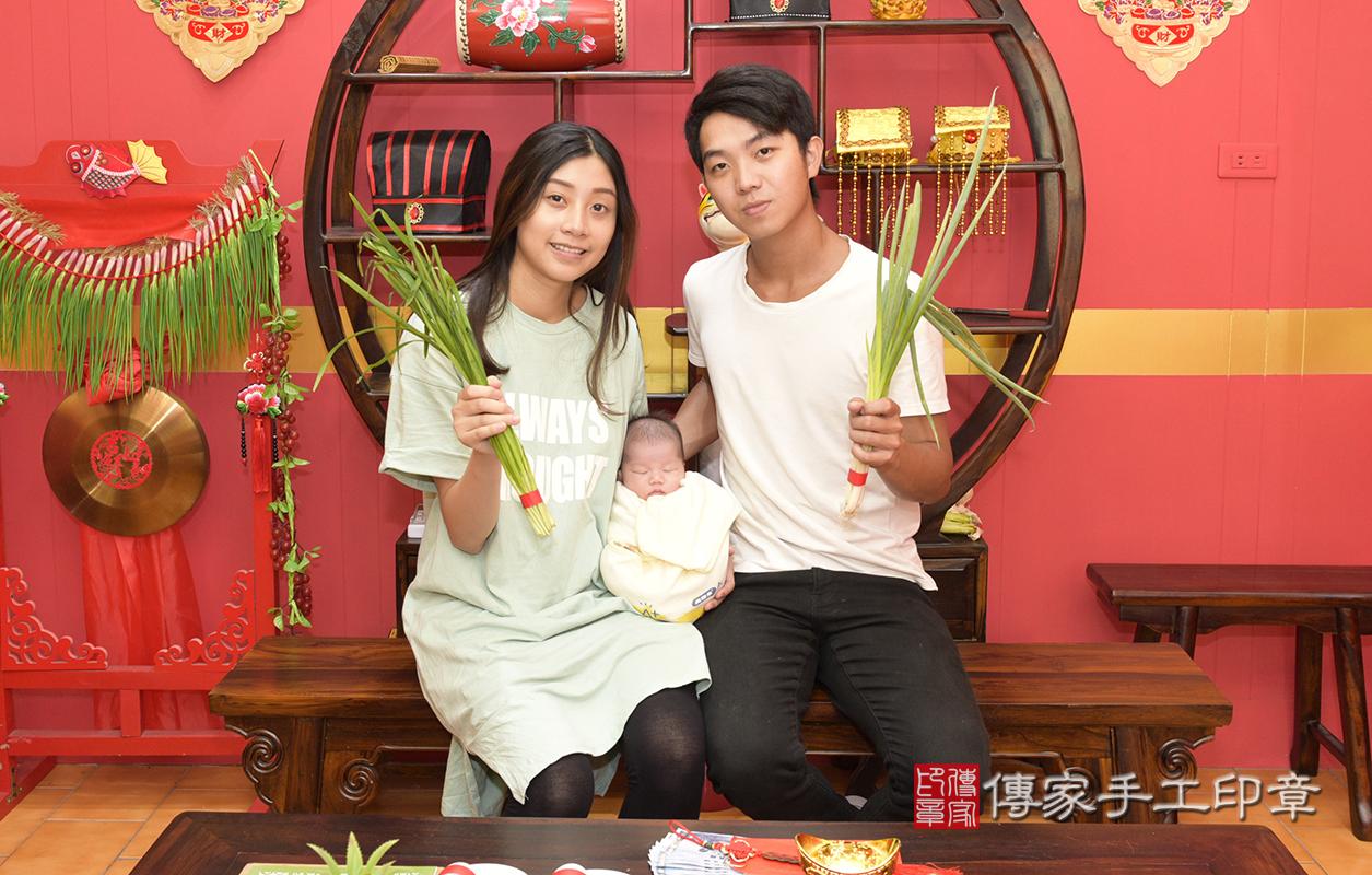 為寶寶準備韭菜、蔥  韭菜代表:「長壽、長久、」。  蔥:象徵「聰明伶俐」。  讓寶寶的感情、事業都能長長久久~讀書考試都能考滿分喔~!
