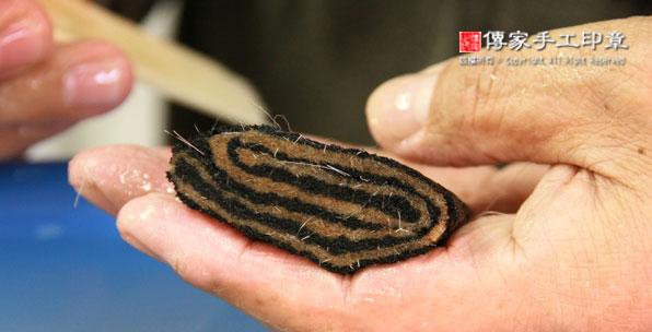 排列毛鋒:將兼毫的筆心毛料,重疊在一起,然後再次混合,以及再次用牛骨刷子刷順毛料圖