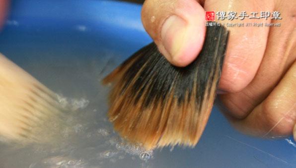 梳整混合:將豬鬃和兼毫的毛料再次用牛骨刷子去除雜毛,以及刷順毛筆的頂部毛料和底部毛料。需要用牛骨刷100~200次圖