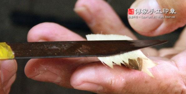 包覆毛筆的外皮毛料:外皮的羊毛放置兼毫的筆心上,並且順時針捲起來圖