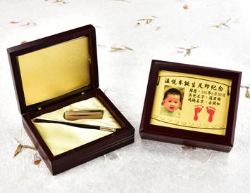 女生嬰兒三寶1刷1章:玻璃木盒、金足印照片、臍帶印章、小支紅紫檀木胎毛刷