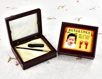 女生嬰兒三寶1刷1章:玻璃木盒、彩色足印照片、臍帶印章、小支紅紫檀木胎毛刷