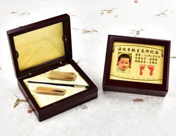 女生嬰兒三寶1刷2章:玻璃木盒、金足印照片、臍帶印章、小支紅紫檀木胎毛刷