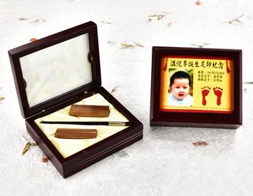 女生嬰兒三寶1刷2章:玻璃木盒、彩色足印照片、臍帶印章、小支紅紫檀木胎毛刷