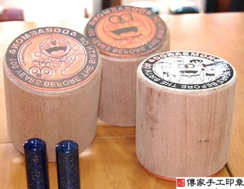 客製化橡皮章 (哆啦a夢直柱型)、橡皮印章、客製化橡皮章、電腦排版橡皮章、開運印章、大印章、展覽印章橡皮章、紀念特展橡皮章、橡皮章、特殊造型橡皮章、橡皮章