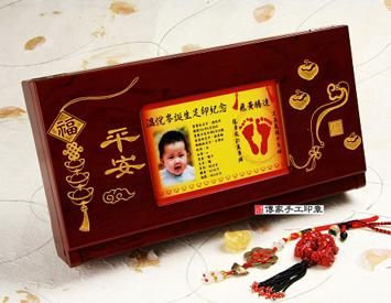 大嬰兒三寶:木盒(竹盒)、胎毛筆、臍帶章(胎毛章)、彩色足印(999金足印)。經典全手工胎毛筆,999純金足印,胎毛筆,胎毛筆桿,胎毛筆材質,胎毛筆的種類,胎毛筆的價格,寶寶胎毛筆,狀元筆,精製毛筆,新生兒胎毛筆,精製胎毛筆,訂製胎毛筆。