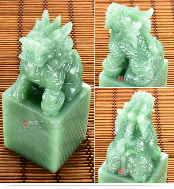 這是雕刻出來的手鐲料東菱玉麒麟神明印章,整個材料呈現蘋果綠的顏色,而且雕刻精緻,細膩,非常好看。