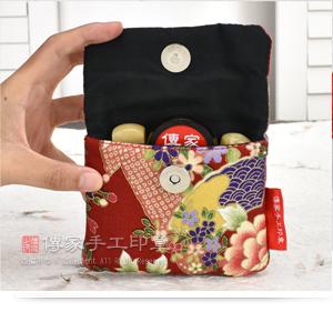 個人印章的「加厚防震的日式風格印章外出手工袋」,可以放入兩個印章和一個印泥示意圖