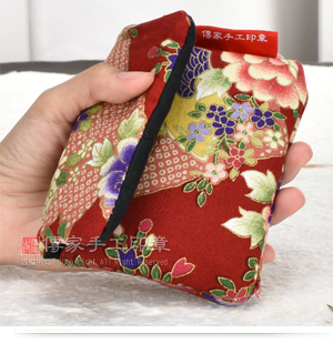 「加厚防震的日式風格印章外出手工袋」,大小適中,方便攜帶實圖