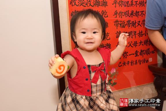 藍寶寶周歲抓周活動和儀式:嬰兒特寫照片10