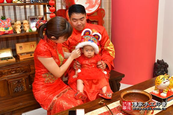 鳳山區謝寶寶古禮抓周:滿週歲趨吉避凶的吉祥衣服穿戴。照片7