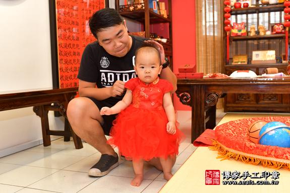 鳳山區林寶寶古禮抓周:滿週歲趨吉避凶的吉祥衣服穿戴。照片3