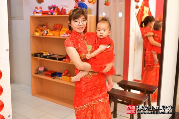 鳳山區林寶寶古禮抓周:滿週歲趨吉避凶的吉祥衣服穿戴。照片4