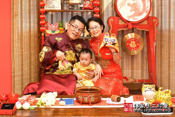 鳳山區賴寶寶古禮抓周:滿週歲趨吉避凶的吉祥衣服穿戴。照片4