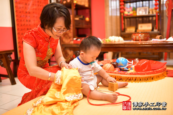 鳳山區賴寶寶古禮抓周:滿週歲趨吉避凶的吉祥衣服穿戴。照片3
